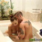 Peituda em massagem exótica no taradão para meter gostoso