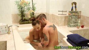 Image Peituda em massagem exótica no taradão para meter gostoso